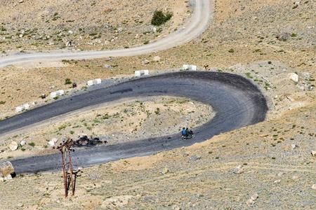 ビューを曲がりくねった山道をオートバイします。