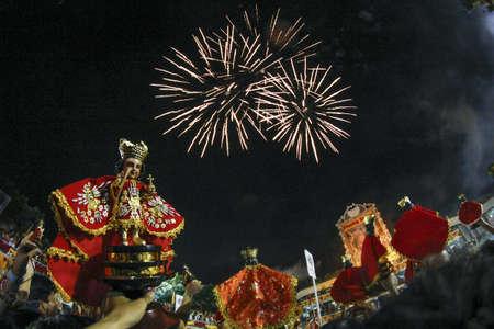 procession: Fuegos artificiales celebraci�n despu�s de la misa solemne Procesi�n Sinulog
