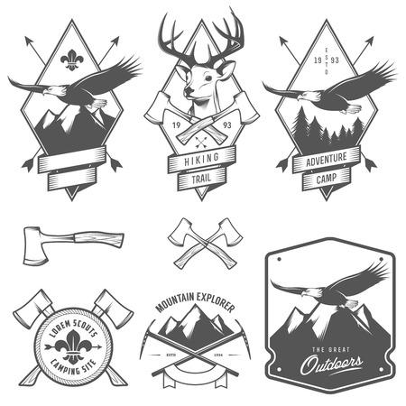 Vintage wandelen en kamperen etiketten, insignes en design-elementen Stock Illustratie