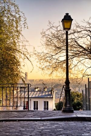 Vecchio lampione in cima alla collina di Montmartre a Parigi, Francia Archivio Fotografico