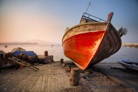 Vecchio relitto nel porto di Koroni in Grecia