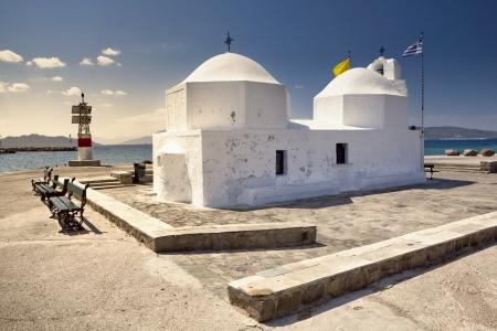 Tipico ortodosso cappella bianco nel porto di Egina in Grecia