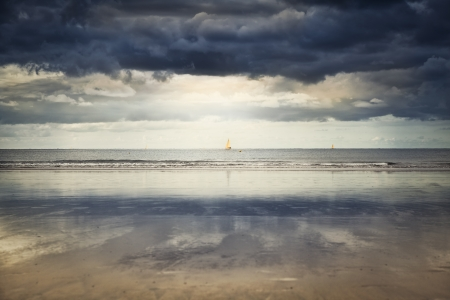 Drammatico cielo sulla spiaggia di Hendaye con la bassa marea Archivio Fotografico
