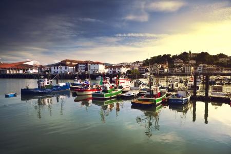 Pescherecci ormeggiati nel porto di Saint Jean de Luz in Francia