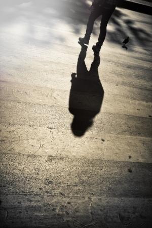 hombre solo: Las piernas de un hombre solitario que cruza la calle Foto de archivo