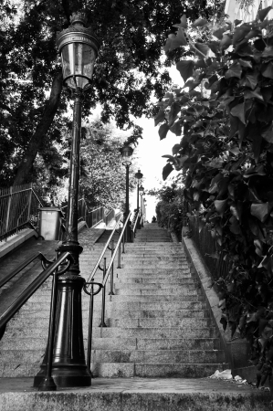 Escaleras y lámpara de la calle en Montmartre, París, Francia