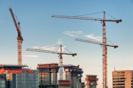 Quattro gru giganti costruzione di edifici moderni a Amsterdam, Paesi Bassi