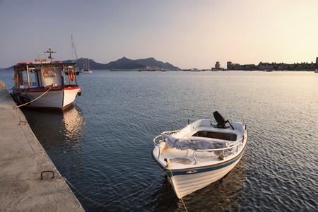 Piccole barche nel porto di Methoni, Grecia