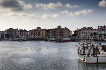 Il porto di Saint Jean de Luz al tramonto in Paesi Baschi, Francia