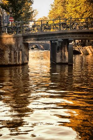 Biciclette su un ponte a Amsterdam, Paesi Bassi Archivio Fotografico