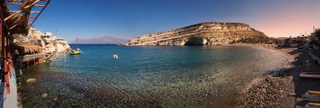 Spiaggia di Matala al sorgere del sole a Creta, Grecia Archivio Fotografico