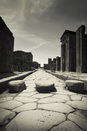 empedrado: Antigua calle pavimentada en Pompeya, Italia Foto de archivo