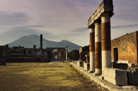 Pompei e il Vesuvio al tramonto in Italia
