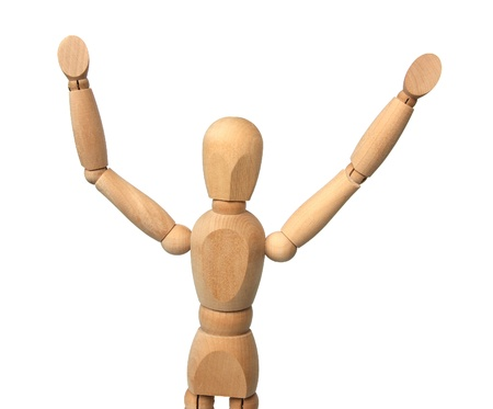 Holzfigur mit den erhobenen Händen auf einem weißen Hintergrund.