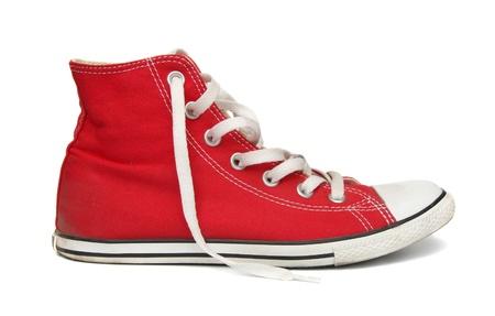 Rode gym schoenen geà ¯ soleerd op een witte achtergrond.