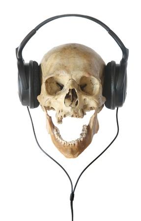 Menselijke schedel in hoofdtelefoons geïsoleerd op een witte achtergrond.