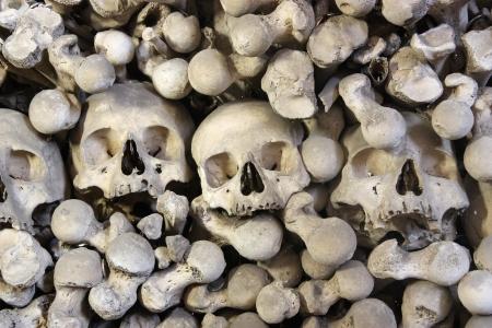 Mont�n de fondo de huesos humanos cerca photo