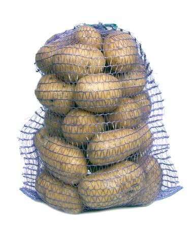 Aardappel in een zak op een witte achtergrond.