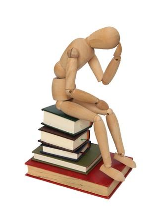 pensador: La persona de madera en los libros Foto de archivo