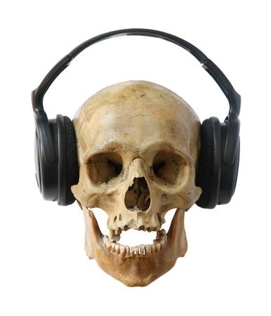Dj cr�neo humano en los auriculares aislados en un fondo blanco. photo