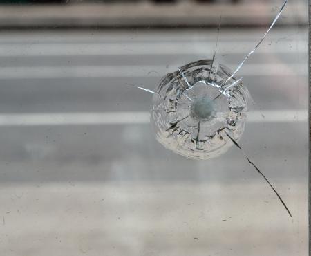 Grieta en vidrio. Vidrios rotos de cerca.