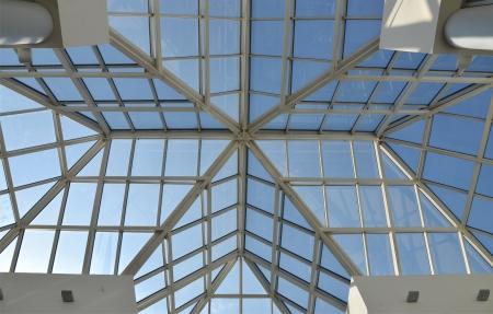 Moderne glazen dak en de blauwe hemel.