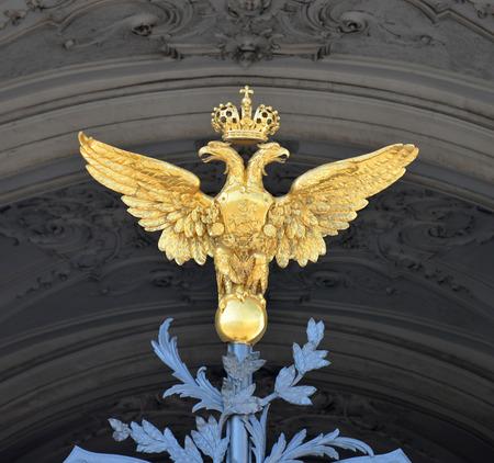 aigle royal: Russie, Saint-Pétersbourg. Double aigle sur la grille du Palais d'Hiver.