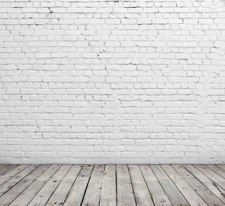 paredes de ladrillos: Pared de ladrillo blanca vieja y suelo de madera. Foto de archivo