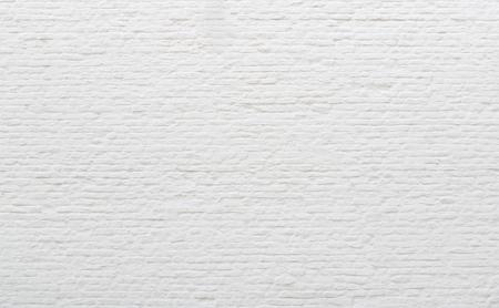 Achtergrond oude bakstenen muur bedekt wit gips.