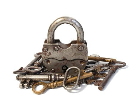 Gros cadenas et clés isolé sur un fond blanc