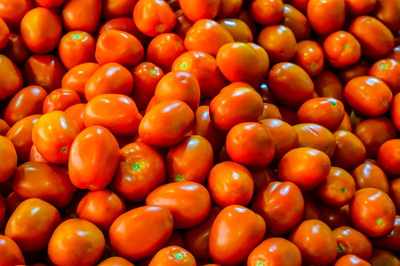 domates: Red tomatoes at open air market Stock Photo