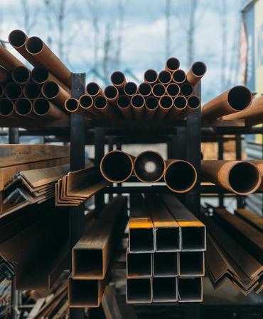 openluchtmarkt van staalproducten in de stad. veel verschillende bouwmateriaal uit ijzer. buizen en pijpen. Stockfoto