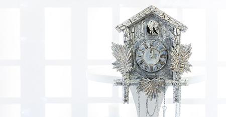 reloj cucu: Antiguo reloj de cuco en el nuevo año mostrará el tiempo restante antes de Navidad. Tiempo 00.00 12.00
