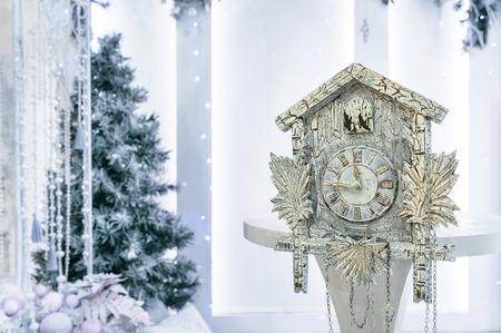 reloj cucu: Reloj de cuco antiguo en el fondo del �rbol de Navidad que muestra el tiempo restante hasta la Navidad. Hora 23.45 11.45
