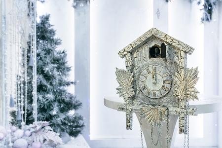 reloj cucu: Reloj de cuco antiguo en el fondo del árbol de Navidad que muestra el tiempo restante hasta la Navidad. Hora 00.00 12.00 Foto de archivo
