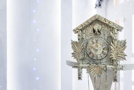 reloj cucu: Antiguo reloj de cuco en el nuevo año mostrará el tiempo restante antes de Navidad. Tiempo 23.50 11.50
