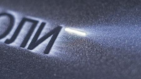 Lasermarkeermachine graveren. Vervaardiging van plastic waterleidingen van de fabriek. Proces van het maken van plastic buizen op de werktuigmachine met behulp van water en luchtdruk.
