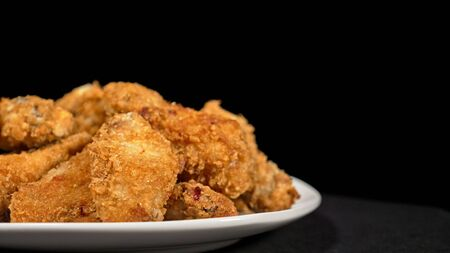 Cool beautiful fresh juicy cooked chicken wings in breading. Banque d'images