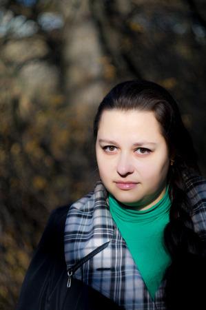 sch�ne augen: The woman with beautiful eyes in the autumn in park. Lizenzfreie Bilder