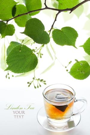 tilo: Linden bolsa de té en una taza de cristal y marco ramita de limón Foto de archivo