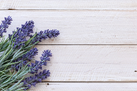 lavanda: Flores en la madera de la vendimia