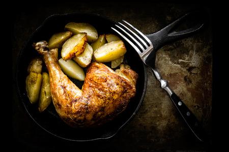 pollo rostizado: pierna de pollo asado con patatas