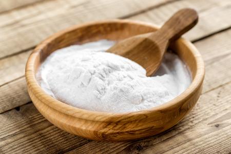gaseosas: bicarbonato de sodio en un recipiente en la mesa de madera
