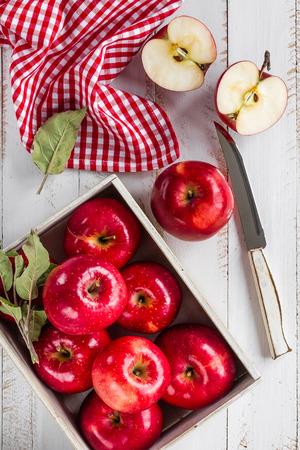 manzanas rojas en mesa de madera blanca vista desde arriba