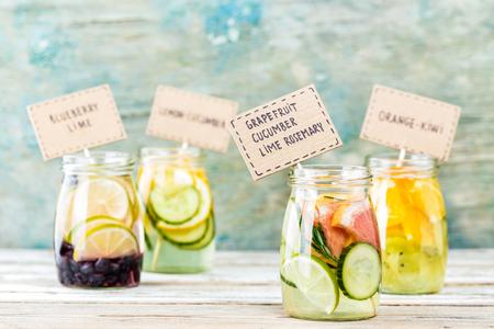 Vielzahl von Früchten infundiert detox Wasser in Gläser für eine gesunde Ernährung