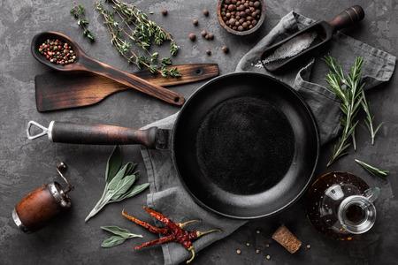 Donkere culinaire achtergrond met lege zwarte pan en ruimte voor tekstrecept of menu Stockfoto