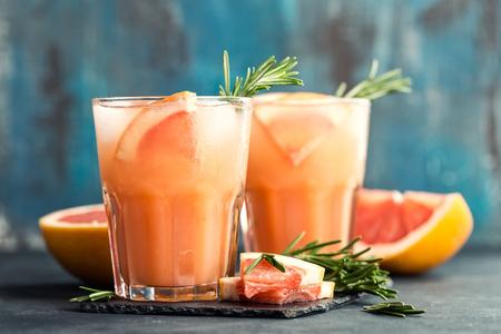 자몽과 로즈마리 진 칵테일 또는 마가리타, 얼음으로 상쾌한 음료 스톡 콘텐츠