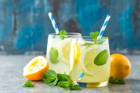Limonata o mojito cocktail con limone e menta, bevanda fredda rinfrescante o bevanda con ghiaccio