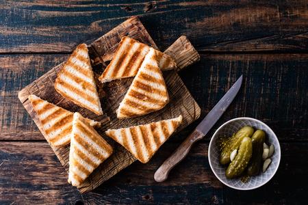 Panini sandwich chaud grillé au jambon et au fromage sur une planche à découper en bois Banque d'images - 93940922