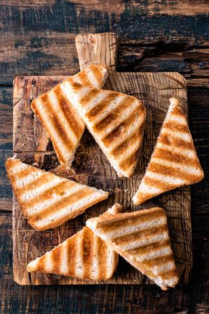 Panini panini chaud chaud avec jambon et fromage sur planche à découper en bois Banque d'images - 93691315